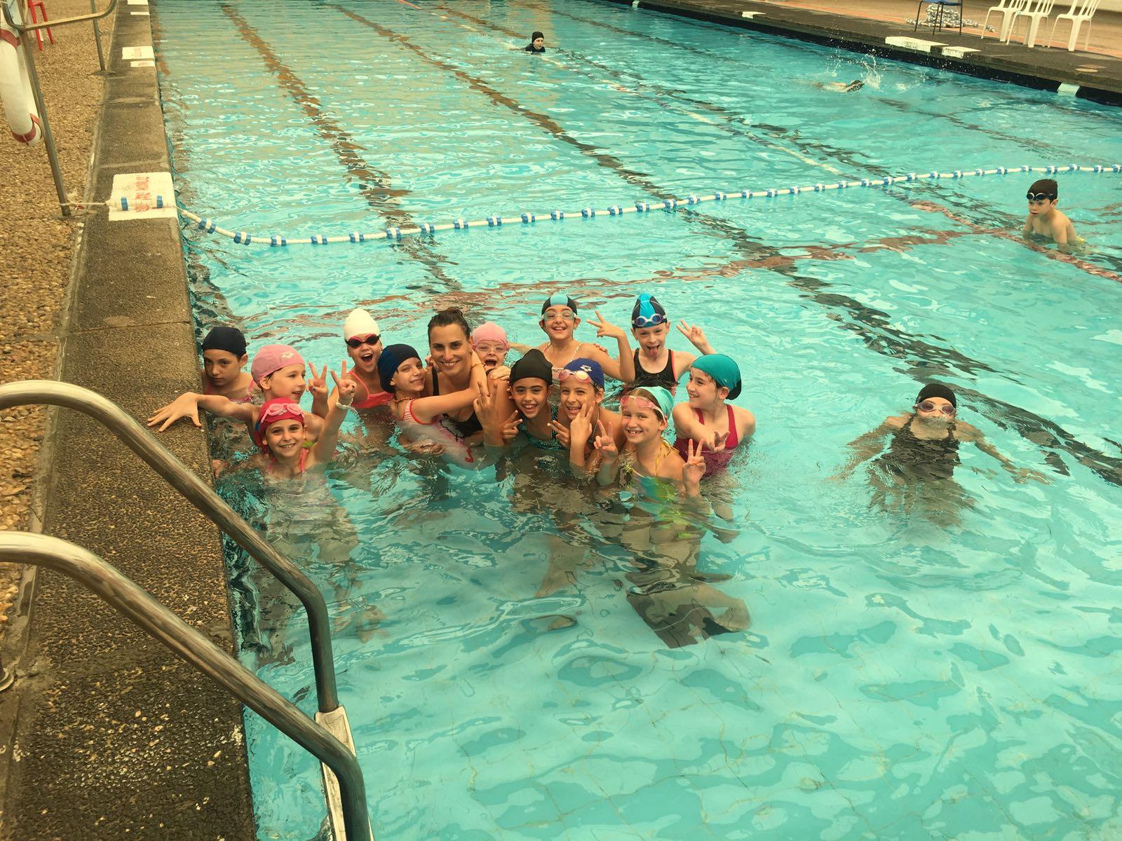 11 בנות המחול עםעינב מילר בבריכה
